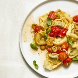 Tortellini met tomaat-olijvensaus