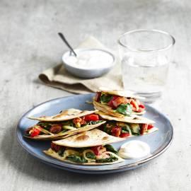 Quesadilla's met spinazie, geroosterde paprika en chorizo