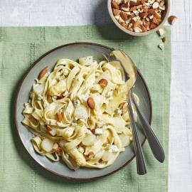 Tagliatelle met asperges, blauwe kaas en amandelen