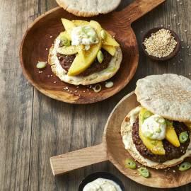 Thaise burger met mango en sesam