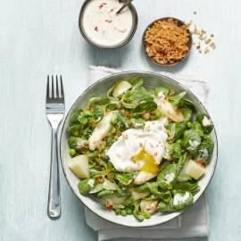 Lauwwarme aardappel-aspergesalade met gepocheerd ei