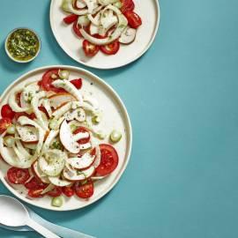 Tomatensalade met gemarineerde venkel en gerookte kip