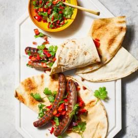 Merguez-hotdog met tomaten-paprikarelish