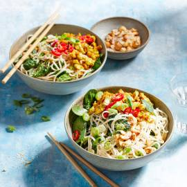 Noedelsalade met spinazie en kerrie-tofu