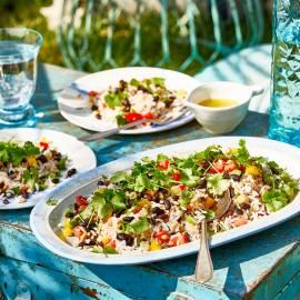 Rijstsalade met zwarte bonen en tomaat