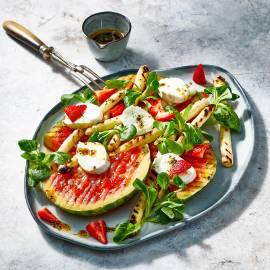 Gegrilde watermeloen en asperges met mozzarella
