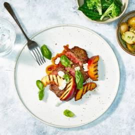 Biefstuk met balsamicojus, gegrilde nectarine en geitenkaas