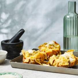Gepofte aardappel met rozemarijn-kaastopping