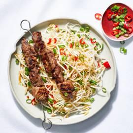 Beef teriyaki-spies met noedelsalade