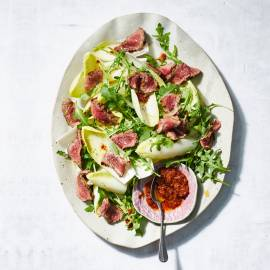 Salade met geroosterde biefstuk en tomatendressing