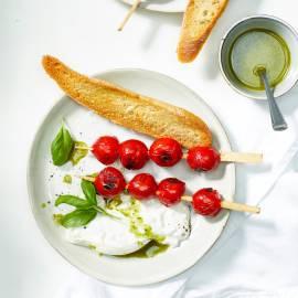 Gegrilde tomatenspiesjes met burrata en basilicumolie
