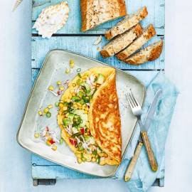 Omelet met krabsticks en avocado