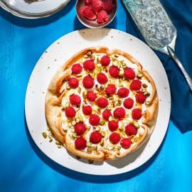 Framboos-mascarponetaart met aardbeien-bitterkoekjesijs