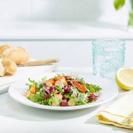 Salade met biet, zalm en romige yoghurtdressing