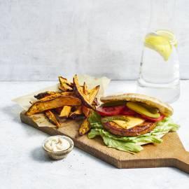 Pita-groenteburger met friet van zoete aardappel