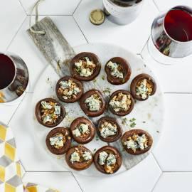 Gevulde champignons met walnootpesto en blauwe kaas