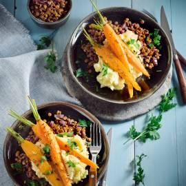 Gestoofde linzen in rode wijn met geroosterde worteltjes en aardappelpuree
