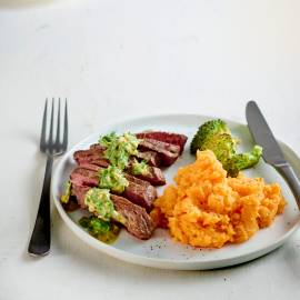 Biefstuk met zoete aardappelpuree, broccoli en chimichurri