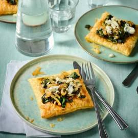 Spinazietaartjes met gekaramelliseerde ui en blauwe kaas