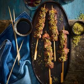 Biefstukspiesjes met pistache-sesamcrunch