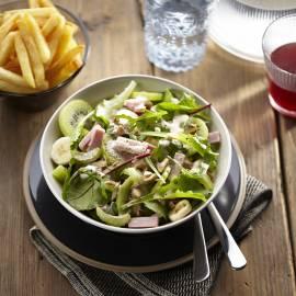 Fruitige salade met ham en ovenfriet