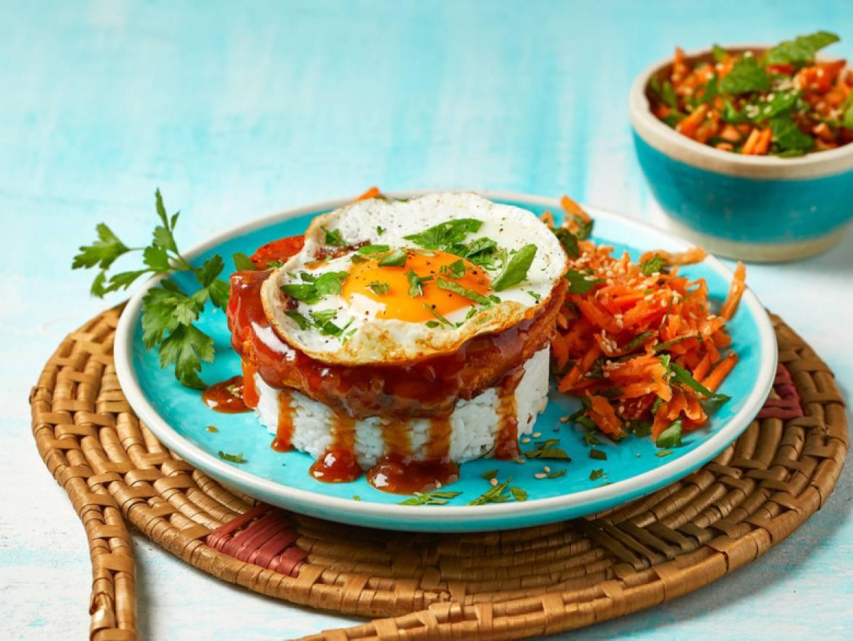 Veggie burger met jus op rijst met gebakken ei