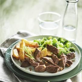 Biefreepjes met knoflook, broccoli en ovenfrietjes